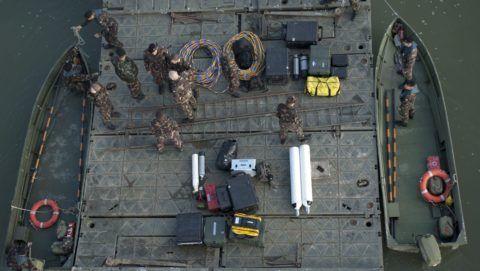 Budapest, 2012. október 18. Tûzszerészek dolgoznak a budapesti Északi összekötõ vasúti híd egyik pillérénél 2012. október 18-án, ahol egy amerikai gyártmányú, 500 kilogrammos bombát találtak a mederben. A hatástalanítás miatt október 19-én kiürítik a környezõ épületeket és lezárják a környéket. MTI Fotó: Marjai János