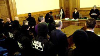 Budapest, 2014. február 28.Kalina József bíró (j) ismerteti az ítéletet a Süveges Péter és társai ügyében a Fővárosi Törvényszéken, ahol három életfogytiglant szabott ki többszörösen minősülő emberölés, rablás és más súlyos bűncselekmények miatt a bíróság első fokon 2014. február 28-án. Az ügyben hét vádlott volt. Süveges Péter és társai a vád szerint tucatnyi bűncselekményt követtek el egy évtizede, köztük Érden és Budaörsön egy-egy pénzszállítórablást. A budaörsi Tesco parkolójában a rendőrökkel is tűzharcba keveredtek, és kézigránátot robbantottak.MTI Fotó: Marjai János