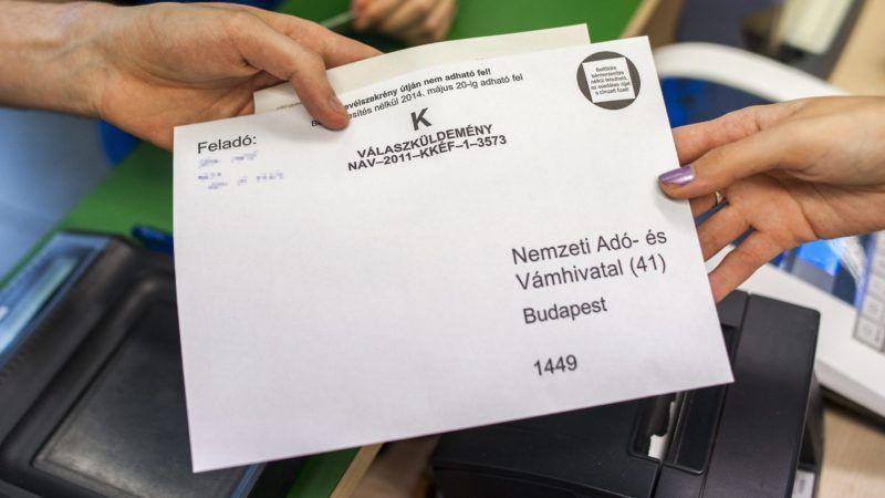 Budapest, 2014. május 20. Egy férfi személyi jövedelemadó-bevallást ad fel a budapesti 62-es postán 2014. május 20-án. Ma éjfélkor lejár a bevallás benyújtásának és az adó megfizetésének határideje. MTI Fotó: Marjai János