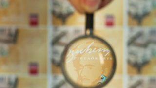 Budapest, 2012.  január 27. Egy nagyítón keresztül olvasható a Széchenyi Pihenõkártya (SZÉP-kártya) felirat azon a Magyar Kereskedelmi Banknak (MKB) készült kártyán, amely a Pénzjegynyomdában készült.  MTI Fotó: Pénzjegynyomda