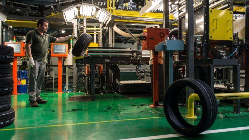 Rácalmás, 2015. május 20. Elkészült gumiabroncsokat ellenõriznek a Hankook rácalmási gyáregységében 2015. május 20-án. Befejezõdött a gyár bõvítésének harmadik üteme, az összesen 313 millió eurós (mintegy 94 milliárd forintos) beruházás révén 950 új munkahely jött létre és 19 millió abroncsra nõtt a rácalmási üzem éves gyártókapacitása. MTI Fotó: Bodnár Boglárka