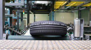 Rácalmás, 2015. május 20. Gumiabroncs halad a futószalagon a Hankook rácalmási gyáregységének új részlegében 2015. május 20-án. Befejezõdött a gyár bõvítésének harmadik üteme, az összesen 313 millió eurós (mintegy 94 milliárd forintos) beruházás révén 950 új munkahely jött létre és 19 millió abroncsra nõtt a rácalmási üzem éves gyártókapacitása. MTI Fotó: Bodnár Boglárka