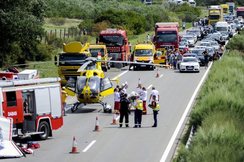 Újhartyán, 2017. augusztus 12.Összetorlódott járművek 2017. augusztus 12-én az M5-ös autópálya főváros felé vezető oldalán, Újhartyánnál, ahol a leállósávon veszteglő teherautóba belerohant egy külföldi rendszámú kamion. A balesetben az utóbbi jármű vezetője súlyosan megsérült.MTI Fotó: Mihádák Zoltán