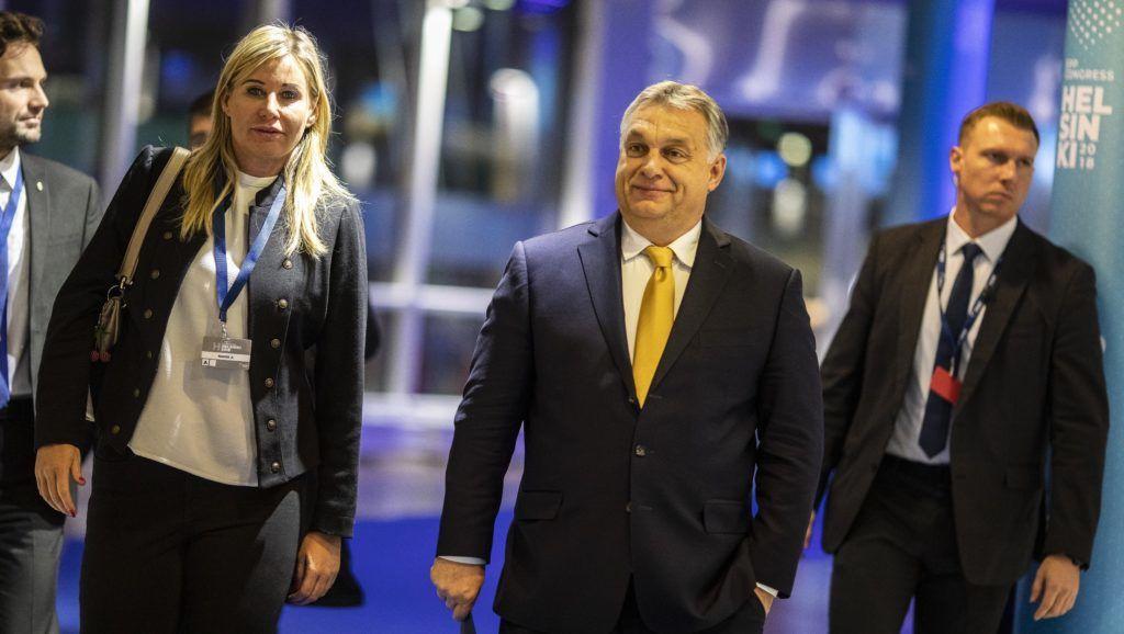 Helsinki, 2018. november 7. A Miniszterelnöki Sajtóiroda által köreadott képen Orbán Viktor miniszterelnök és Rahói Zsuzsanna miniszterelnöki fõtanácsadó érkezik az EPP kongresszus helyszínére Helsinkiben 2018. november 7-én. MTI/Miniszterelnöki Sajtóiroda / Szecsõdi Balázs