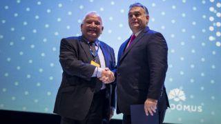 Helsinki, 2018. november 8. A Miniszterelnöki Sajtóiroda által közreadott képen Orbán Viktor miniszterelnök (j) és Joseph Daul, az Európai Néppárt elnöke kezet fog az Európai Néppárt kongresszusának második napján Helsinkiben 2018. november 8-án. MTI/Miniszterelnöki Sajtóiroda/Szecsõdi Balázs
