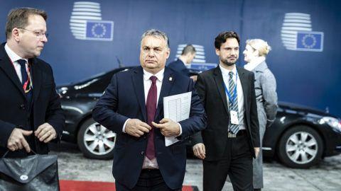 Brüsszel, 2018. november 25.A Miniszterelnöki Sajtóiroda által közreadott képen Orbán Viktor miniszterelnök (b2) érkezik a rendkívüli Brexit-csúcsra Brüsszelben 2018. november 25-én. Mellette Várhelyi Olivér nagykövet, a brüsszeli Állandó Képviselet vezetője (b) és Havasi Bertalan, a Miniszterelnöki Sajtóirodát vezető helyettes államtitkár.MTI/Miniszterelnöki Sajtóiroda/Szecsődi Balázs