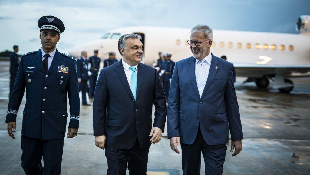 Brazíliaváros, 2019. január 1. A Miniszterelnöki Sajtóiroda által közreadott képen Orbán Viktor miniszterelnök (k) érkezik Brazíliavárosba 2018. december 31-én este. A miniszterelnök január 1-jén Jair Bolsonaro megválasztott brazil elnök beiktatásán vesz részt. MTI/Miniszterelnöki Sajtóiroda/Szecsõdi Balázs