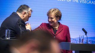 Pozsony, 2019. február 7. A Miniszterelnöki Sajtóiroda által közreadott képen Orbán Viktor miniszterelnök és Angela Merkel német kancellár a visegrádi országok és Németország csúcstalálkozóján tartott sajtótájékoztatón Pozsonyban 2019. február 7-én. MTI/Miniszterelnöki Sajtóiroda/Szecsõdi Balázs
