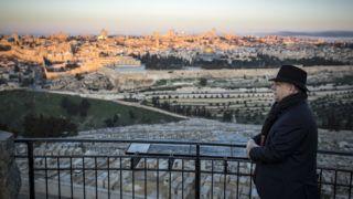Jeruzsálem, 2019. február 19. A Miniszterelnöki Sajtóiroda által közreadott képen Orbán Viktor miniszterelnök Jeruzsálemben, az Olajfák hegyén 2019. február 19-én hajnalban. MTI/Miniszterelnöki Sajtóiroda/Szecsõdi Balázs