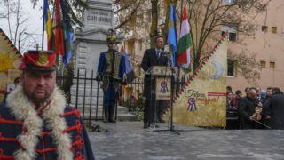 Marosvásárhely, 2019. március 13. A Külgazdasági és Külügyminisztérium (KKM) által közreadott képen Szijjártó Péter külgazdasági és külügyminiszter beszédet mond a magyar nemzeti ünnep alkalmából rendezett ünnepségen Marosvásárhelyen, a Székely vértanúk emlékmûvénél 2019. március 14-én. MTI/KKM/Mitko Sztojcsev