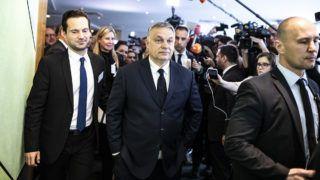 Brüsszel, 2019. március 20.A Miniszterelnöki Sajtóiroda által közreadott képen újságírók várják Orbán Viktor miniszterelnököt (k) Brüsszelben, az Európai Parlament épületében, az Európai Néppárt tanácskozása előtt 2019. március 20-án. Mellette Havasi Bertalan, a Miniszterelnöki Sajtóirodát vezető helyettes államtitkár (b).MTI/Miniszterelnöki Sajtóiroda/Szecsődi Balázs