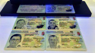 Budapest, 2016. január 11. Új típusú, elektronikus személyazonosító igazolványok az elsõ új típusú okmány átadása alkalmából tartott sajtótájékoztatón a Közigazgatási és Elektronikus Közszolgáltatások Központi Hivatalában 2016. január 11-én. Az okmányt elektronikus aláírásra is lehet használni, valamint az a TAJ-kártya és az adóazonosító igazolvány funkcióit is ellátja. MTI Fotó: Máthé Zoltán