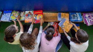 Budapest, 2018. augusztus 28.Pakolják a tankönyveket az újpesti Halassy Olivér Német Nyelvet Emelt Szinten Oktató Általános Iskolában 2018. augusztus 28-án. Ezen a napon az utolsó tankönyvcsomagok is megérkeznek az alaprendelésekből az iskolákba, mondta Rétvári Bence, az Emberi Erőforrások Minisztériumának parlamenti államtitkára az iskolában tartott sajtótájékoztatón. Kevesebb mint egy hónap alatt 12,5 millió tankönyv került ki az oktatási intézményekbe; a könyvek közül 8,5 millió az állami fejlesztésben kidolgozott kiadvány, a többit magánkiadók adták ki.MTI Fotó: Máthé Zoltán