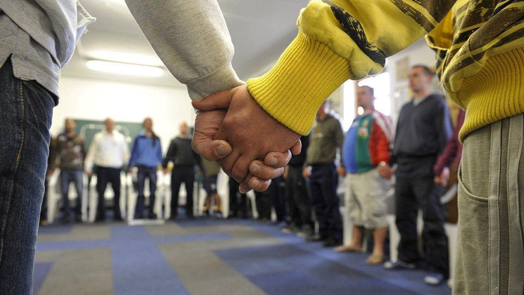 Ráckeresztúr, 2012. május 17.Az intézet lakói reggeli áhitaton vesznek részt a Kallódó Ifjúságot Mentő Misszió (KIMM) drogterápiás otthonában, Ráckeresztúron. A Magyarországi Református Egyház által működtetett otthon 16-35 év közötti kábítószerfüggő fiatalok gyógyítását és érdekképviseletét látja el. MTI Fotó: Bruzák Noémi