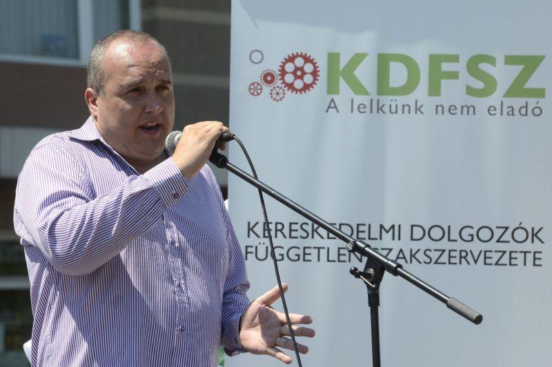 Budapest, 2017. július 8. Karsai Zoltán, a KASZ Tesco alapszervezetének elnöke beszédet mond a Kereskedelmi Alkalmazottak Szakszervezete (KASZ) és a Kereskedelmi Dolgozók Független Szakszervezete (KDFSZ) közös demonstrációján a Fogarasi úti Tesco áruház parkolójában 2017. július 8-án. A szakszervezetek minden szakmunkás garantált bérminimumon foglalkoztatott munkavállalónak 15 ezer forintos béremelést követelnek a Tescónál. MTI Fotó: Soós Lajos