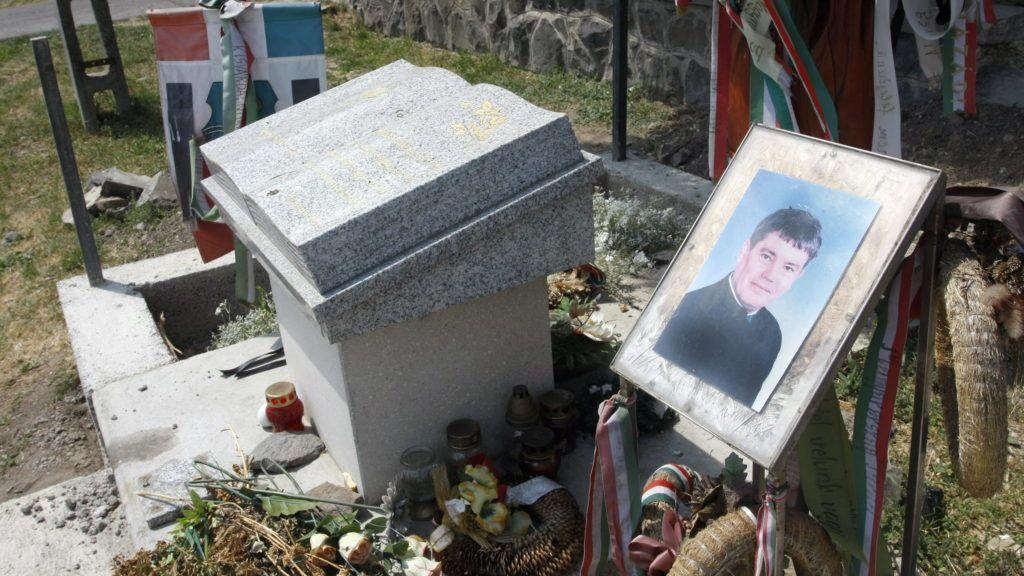 Olaszliszka, 2009. május 22. Kerítés építését kezdték meg Szögi Lajos halálának emlékhelye köré. Szögi Lajos tiszavasvári tanárt a gyermekei szeme láttára verték agyon a Borsod-Abaúj-Zemplén megyei Olaszliszkán 2006. október 15-én. A bûncselekmény elõzménye az volt, hogy a férfi autójával elsodort egy út mellett haladó kislányt, aki az árokba esett, de nem sérült meg. MTI Fotó: Vajda János