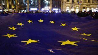 Budapest, 2018. február 23. Résztvevõk EU-zászlóval a Váltsunk rendszert közösen az oktatásban címmel meghirdetett diáktüntetésen Budapesten, a Deák téren 2018. február 23-án. MTI Fotó: Balogh Zoltán