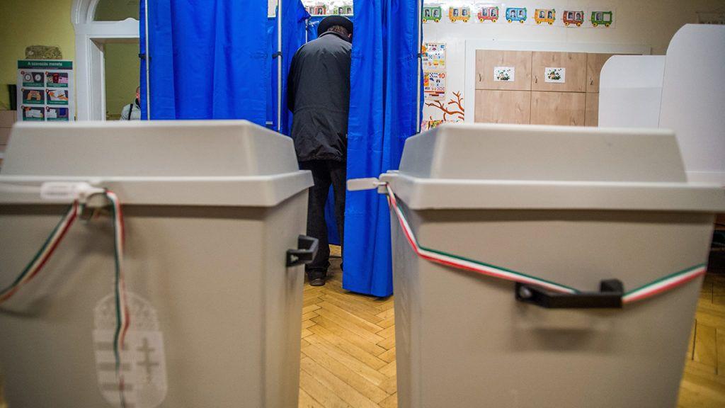 Budapest, 2018. április 8.Az első szavazó, Németh Oszkár (j2) a szavazófülkében az Erzsébetvárosi Kéttannyelvű Általános Iskola, Szakgimnázium és Szakközépiskolában az országgyűlési képviselő-választáson 2018. április 8-án.MTI Fotó: Balogh Zoltán