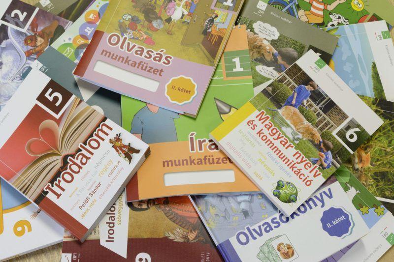 Debrecen, 2014. július 29. Tankönyvek a debreceni Alföldi Nyomda Zrt.-ben 2014. július 29-én. A nyomdából kikerülõ tankönyvek órákon belül eljutnak a Könyvtárellátó (Kello) raktáraiba, a tankönyvek terjesztése pedig az elõre tervezett határidõben megkezdõdhet. A tartalmi, módszertani és technológiai szempontból is újnak számító megújuló tankönyveket 4,6 milliárd forintból, EU-s támogatás segítségével fejlesztették ki, elsõ alkalommal pedig a szeptemberben induló tanévben kerülnek az iskolákba. MTI Fotó: Czeglédi Zsolt