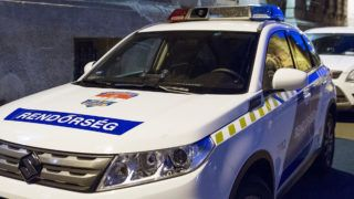 Győr, 2019. február 26.Rendőrautó áll a Győri Regionális Nyomozó Ügyészség előtt 2019. február 26-án. 18 őrizetbe vett, a Győr-Moson-Sopron Megyei Rendőr-főkapitányság állományába tartozó rendőrt azzal gyanúsítanak, hogy készpénzért cserébe nem büntettek meg szabálysértő autósokat az M1-es autópályán a megyében.MTI/Krizsán Csaba