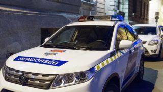 Gyõr, 2019. február 26. Rendõrautó áll a Gyõri Regionális Nyomozó Ügyészség elõtt 2019. február 26-án. 18 õrizetbe vett, a Gyõr-Moson-Sopron Megyei Rendõr-fõkapitányság állományába tartozó rendõrt azzal gyanúsítanak, hogy készpénzért cserébe nem büntettek meg szabálysértõ autósokat az M1-es autópályán a megyében. MTI/Krizsán Csaba