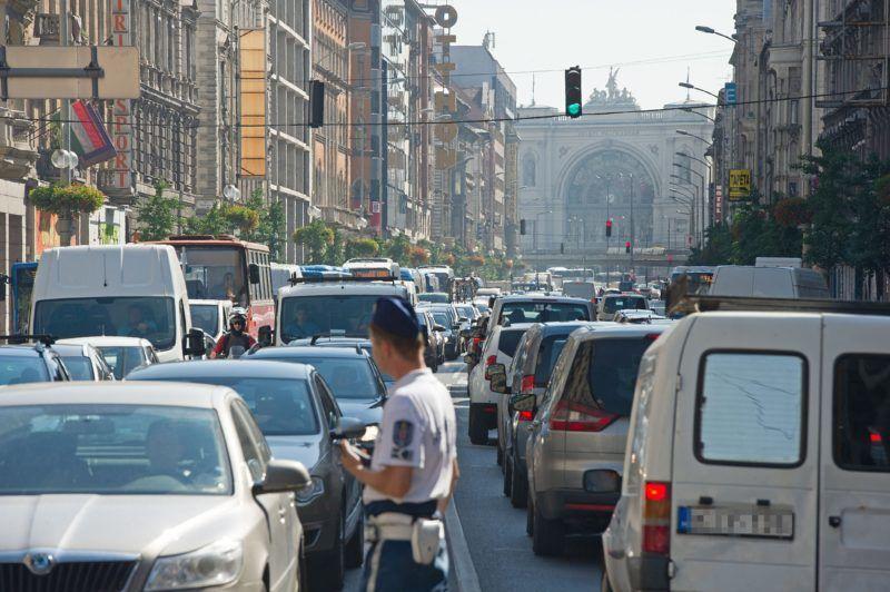 Budapest, 2016. június 30. Összetorlódott jármûvek a fõvárosi Rákóczi úton 2016. június 30-án, miután az Erzsébet körúti keresztezõdésben egy motoros teherautóval ütközött. A motoros a baleset következtében olyan súlyos sérüléseket szenvedett, hogy a helyszínen életét vesztette. MTI Fotó: Lakatos Péter
