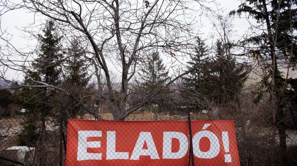 Budapest, 2012. január 28. Eladó ingatlan a XII. kerületben. Már küldik az értesítést a bedõlt lakáshiteleseknek arról, hogy kinek az ingatlanát veszi meg a banktól az állam, márciusban pedig már lakásokat vásárolhat a Nemzeti Eszközkezelõ. MTI Fotó: Mohai Balázs
