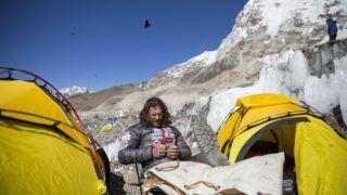 Everest Base Camp, 2017. április 9. Klein Dávid hegymászó, a Magyar Everest Expedíció 2017 tagja az Everest alaptáborban 2017. április 8-án. Az expedíció célja a Föld legmagasabb csúcsa, a 8848 méter magas Mount Everest (Csomolungma) elérése oxigénpalack nélkül, elsõként a magyar expedíciós hegymászás történetében. MTI Fotó: Mohai Balázs