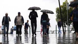 Budapest, 2018. augusztus 26. Járókelõk az esõben a XII. kerületi Csaba utcában 2018. augusztus 26-án. MTI Fotó: Mohai Balázs