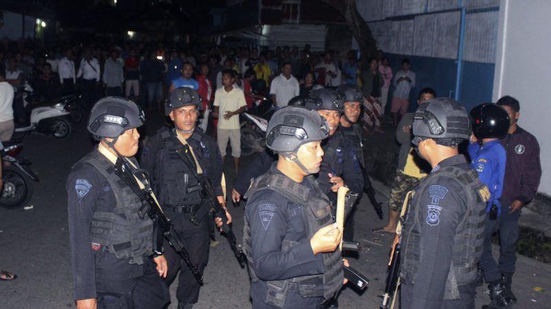 Sibologa, 2019. március 13. Indonéz rendõrök az észak-szumátrai Sibologában, ahol egy iszlamista hátterû nõ felrobbantotta magát és gyerekét egy rendõrségi akció közben 2019. március 13-án. A hatóságok körbevették az otthonukat, és órákon át tárgyaltak a nõvel, aki egy házi készítésû pokolgépet is dobott rájuk, megsebesítve az egyik rendõrt. A robbanás akkor következett be, amikor a rendõrök be akartak hatolni a házba. MTI/AP