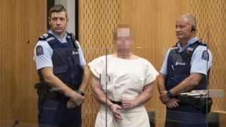 Christchurch, 2019. március 16. Brenton Tarrantot, az új-zélandi Christchurchben elkövetett kettõs merénylet fõ gyanúsítottját vezetik a nagyváros kerületi bíróságának tárgyalótermébe 2019. március 16-án, a támadások másnapján. A mecsetek elleni merényletben 49-en életüket vesztették, 48-an megsebesültek. A hatóságok õrizetbe vettek három férfit és egy nõt. A 28 éves ausztrál Tarrant ellen tömeggyilkosság miatt emeltek vádat. A fegyvertartási engedéllyel bíró férfi öt lõfegyvert használt a vérengzéshez. MTI/EPA/SNPA Pool/Martin Hunter