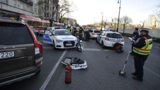 Budapest, 2019. március 27. Ütközésben összetört rendõrautó a VII. kerületben, a Dózsa György út és a Damjanich utca keresztezõdésében 2019. március 27-én. Az ütközést követõen egy harmadik autó nekiütközött a rendõrautónak. A balesetben az elsõdleges információk szerint ketten megsérültek. MTI/Mihádák Zoltán