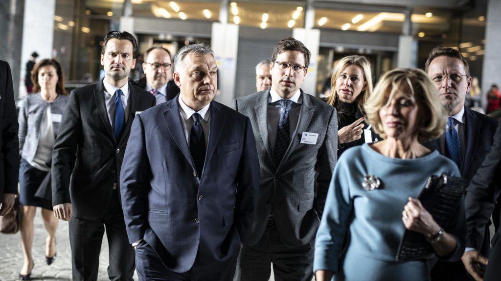 Brüsszel, 2019. március 20. A Miniszterelnöki Sajtóiroda által közreadott képen Orbán Viktor miniszterelnök (k) megérkezik az Európai Parlament brüsszeli székházába, az Európai Néppárt tanácskozására 2019. március 20-án. Mögötte Gulyás Gergely, a Miniszterelnökséget vezetõ miniszter (j) és Havasi Bertalan, a Miniszterelnöki Sajtóirodát vezetõ helyettes államtitkár (b).  MTI/Miniszterelnöki Sajtóiroda/Szecsõdi Balázs