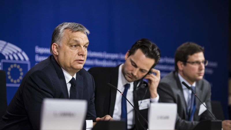 Brüsszel, 2019. március 20. A Miniszterelnöki Sajtóiroda által közzétett képen Orbán Viktor miniszterelnök sajtótájékoztatót tart az Európai Néppárt politikai közgyûlése után az Európai Parlament épületében, 2019. március 20-án. Mellette Havasi Bertalan, a Miniszterelnöki Sajtóirodát vezetõ helyettes államtitkár (j2) és Gulyás Gergely, a Miniszterelnökséget vezetõ miniszter (j). MTI/Miniszterelnöki Sajtóiroda/Szecsõdi Balázs