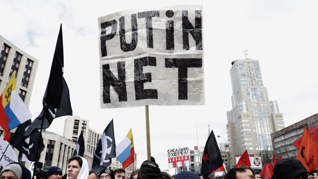 Moszkva, 2019. március 10. Az internet szabadságáért tüntetnek Moszkvában 2019. március 10-én. A tüntetõk egy törvénytervezet ellen tiltakoznak, amelynek alapján Oroszországot lekapcsolhatnák a globális internethálózatról válsághelyzetek esetében. MTI/EPA/Makszim Sipenkov
