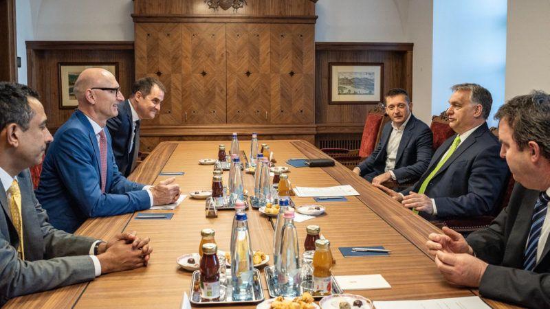 Budapest, 2019. március 29. A Miniszterelnöki Sajtóiroda által közreadott képen Orbán Viktor miniszterelnök (j2) fogadja a Deutsche Telekom vezetõit a Karmelita kolostorban 2019. március 29-én. Balról jobbra: Srinivasan Gopalan, a Deutsche Telekom Csoport Európáért felelõs Igazgatósági tagja (b), Timotheus Höttges, vezérigazgató, Deutsche Telekom AG (b2), Rékasi Tibor vezérigazgató, Magyar Telekom Nyrt. (b3), Rogán Antal, a Miniszterelnöki Kabinetirodát vezetõ miniszter ((j3), Orbán Viktor (j2) és Palkovics László innovációs és technológiai miniszter (j). MTI/Miniszterelnöki Sajtóiroda