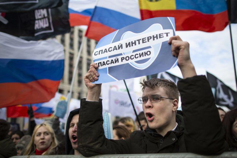 Moszkva, 2019. március 10. Az internet szabadságáért tüntetnek Moszkvában 2019. március 10-én. A tüntetõk egy törvénytervezet ellen tiltakoznak, amelynek alapján Oroszországot lekapcsolhatnák a globális internethálózatról válsághelyzetek esetében. A felirat jelentése: az internet az egyetlen esélyünk. MTI/AP/Alekszandr Zemljanyicsenko