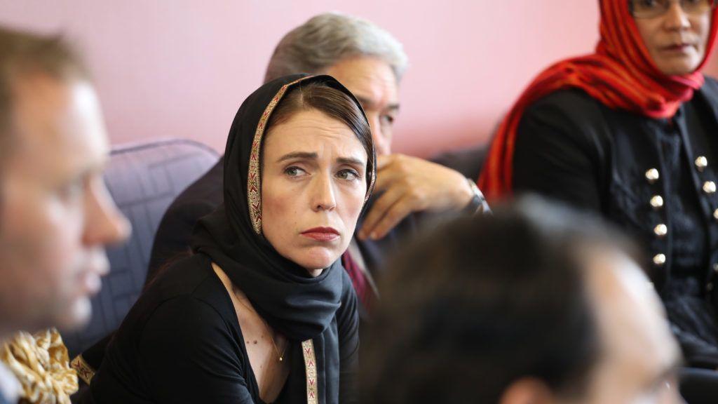 Christchurch, 2019. március 16. Jacinda Ardern új-zélandi miniszterelnök (k) a helyi muzulmán közösség tagjaival találkozik Christchurchben 2019. március 16-án, a nagyvárosban elkövetett kettõs terrortámadás másnapján. A Maszdzsid al-Núr és a Linwood mecset elleni összehangolt támadásban 49-en életüket vesztették, 48-an megsebesültek. A hatóságok õrizetbe vettek három férfit és egy nõt. A fõ gyanúsított, a 28 éves ausztrál Brenton Tarrant ellen tömeggyilkosság miatt vádat emeltek. MTI/EPA/SNPA Pool