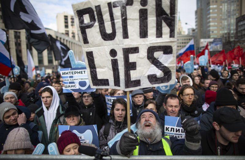 Moszkva, 2019. március 10. Az internet szabadságáért tüntetnek Moszkvában 2019. március 10-én. A tüntetõk egy törvénytervezet ellen tiltakoznak, amelynek alapján Oroszországot lekapcsolhatnák a globális internethálózatról válsághelyzetek esetében. A felirat jelentése: Putyin hazudik. MTI/AP/Alekszandr Zemljanyicsenko