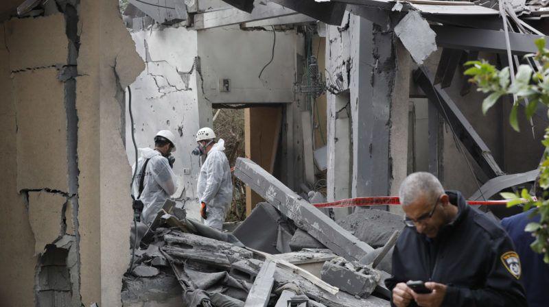 Mismeret, 2019. március 25. Izraeli rendõrök abban a lakóházban, amelybe a Gázai övezetbõl kilõtt rakéta csapódott be a Tel-Aviv melletti Mismeret mezõgazdasági telepen 2019. március 25-én. A támadásban hat ember megsebesült, köztük egy csecsemõ. MTI/EPA/Abir Szultan