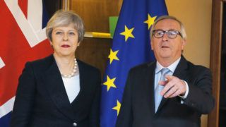 Strasbourg, 2019. március 11. Theresa May brit miniszterelnököt (b) fogadja Jean-Claude Juncker, az Európai Bizottság elnöke az Európai Parlament strasbourgi székhelyén 2019. március 11-én. MTI/AP/Pool/Reuters/Vincent Kessler