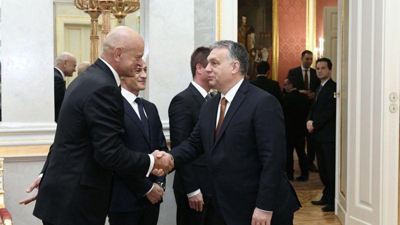 Budapest, 2019. március 1. Orbán Viktor miniszterelnök és Patai Mihály, a Magyar Bankszövetség elnöke (b) kezet fog a Sándor-palotában,  Matolcsy György ismételt jegybankelnöki kinevezésén 2019. március 1-jén. MTI/Koszticsák Szilárd