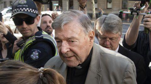 Melbourne, 2019. február 27. George Pell ausztrál bíboros, Ferenc pápa volt pénzügyi fõtanácsadója a melbourne-i kerületi bíróságra érkezik 2019. február 27-én. Elõzõ nap a bíróság elrendelte a pedofília vádjában bûnösnek talált 77 éves Pell õrizetbe vételét, miután bûnösnek találták egy gyermekmolesztálási ügyben. A bíboros a vád szerint 22 évvel ezelõtt, érsekségének helyszínén, a melbourne-i Szent Patrik-székesegyház sekrestyéjében öt ízben követett el szexuális visszaélést a helyi fiúkórus 13 éves tagjai ellen. A bíróság március 13-án jelenti majd be, hogy milyen büntetést szab ki Pellre, aki ezzel a legmagasabb rangú egyházi személy, akit pedofilügyekért elítéltek. MTI/AAP/David Crosling
