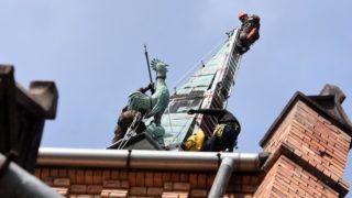 Szolnok, 2019. március 1. Ipari alpinista technikával hozzák le a szolnoki református templom szélviharban letört rézkakasát 2019. március 1-jén. A vörösrézbõl készült kakast csak a villámhárító drótsodronya tartotta a magasban. Többszöri próbálkozást követõen szolnoki katonák és ipari alpinisták emelték le a 34 méter magas torony csúcsáról. MTI/Mészáros János