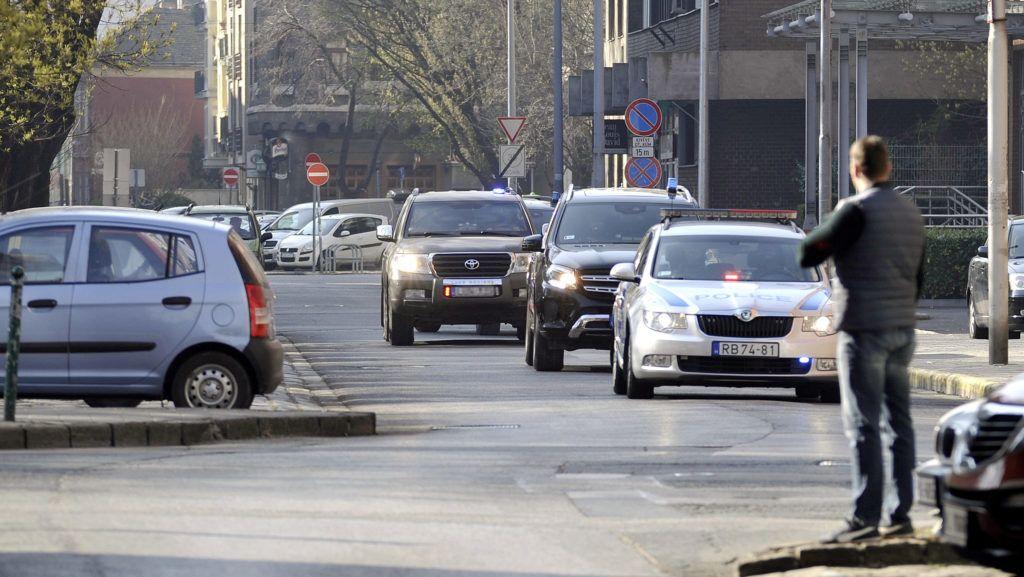Budapest, 2019. március 24. A Terrorelhárítási Központ (TEK) különleges egysége szállítja a terrorizmus miatt március 22-én õrizetbe vett szír állampolgárt a Fõvárosi Törvényszék Fõ utcai épületéhez 2019. március 24-én. A férfi három éve az Iszlám Állam nemzetközi terrorszervezet tagja és 2016-ban kivégzésekben vett részt. MTI/Mihádák Zoltán