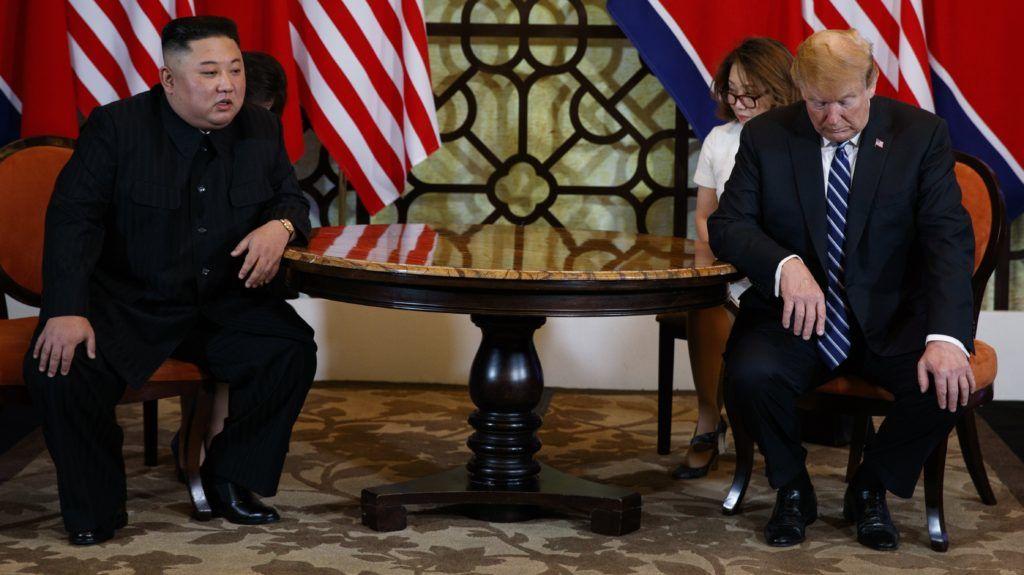 Hanoi, 2019. február 28. Kim Dzsong Un észak-koreai vezetõ (b) és Donald Trump amerikai elnök megbeszélést folytat a hanoi Metropole szállodában 2019. február 28-án, kétnapos csúcstalálkozójuk második napján. Trump kijelentette, hogy nem jutott megállapodásra az észak-koreai vezetõvel sem a nukleáris leszerelésrõl, sem a Phenjan elleni szankciók kérdésérõl. Balról Mike Pompeo amerikai külügyminiszter. MTI/AP/Evan Vucci