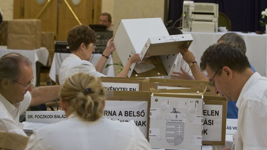 Budapest, 2009. június 11.Az Országos Választási Bizottság megkezdi összeszámolni a külképviseleteken leadott szavazatokat, ezt követően állapítja meg a választás jogi eredményét.MTI Fotó: Szigetváry Zsolt