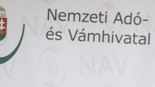 Budapest, 2015. április 9. Romhányi Antal pénzügyõr ezredes, a Nemzeti Adó- és Vámhivatal (NAV) Szakértõi Intézetének fõigazgatója beszél (j) az intézet 2014. évi tevékenységérõl tartott évértékelõ sajtótájékoztatón Budapesten, a NAV Szakértõi Intézetében 2015. április 9-én. Balról Suller György Attila pénzügyõr alezredes, a Nemzeti Adó- és Vámhivatal (NAV) vám- és jövedéki szóvivõje. MTI Fotó: Szigetváry Zsolt
