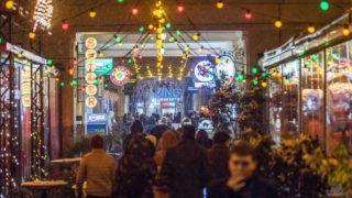 Budapest, 2018. február 18.A Gozsdu Udvar az erzsébetvárosi vigalmi negyedben a Király utcában 2018. február 18-ra virradó éjjel. Ezen a napon népszavazást tartanak arról, hogy a főváros VII. kerületében, az úgynevezett bulinegyedben található vendéglátóhelyek éjfél és reggel 6 óra között nyitva tarthassanak-e.MTI Fotó: Szigetváry Zsolt