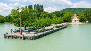 Révfülöp, 2010. június 5.Üresen áll a révfülöpi kikötő. A Balaton magas vízszintje és az elmúlt hetek viharai miatt május végéig mintegy 25 százalékkal esett vissza a balatoni személyhajó- és kompforgalom a tavalyi adatokhoz képest, a hiány folyamatos csökkentésére számít a főszezonban a 164. hajózási idény megkezdésekor a Balatoni Hajózási Zrt.MTI Fotó: Török Tünde